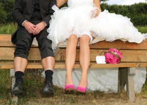 """Hochzeitspaar """"Entspannen auf der Bank"""""""